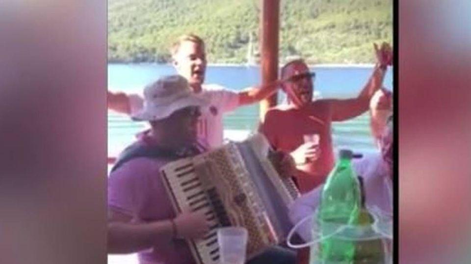Manuel Neuer Klart Sein Umstrittenes Gesangs Video Aus Dem Urlaub In Kroatien Nicht Auf Gmx Ch