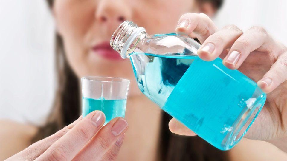 Gurgeln mit Mundspülung gegen Coronaviren – funktioniert das?