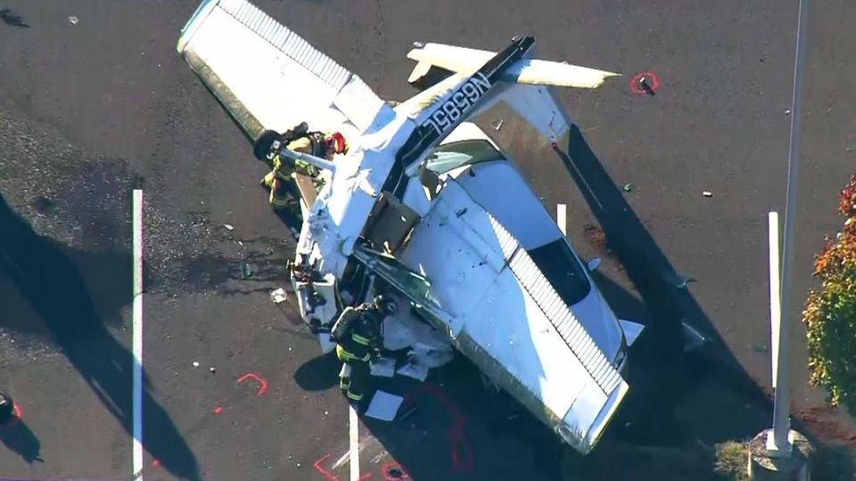 Bruchlandung auf Auto: Pilot überlebt kuriosen Unfall